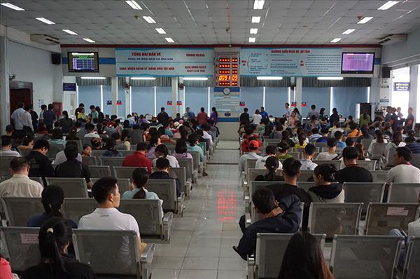 Tại ga Sài Gòn, không có cảnh chen lấn hay xếp hàng rồng rắn chầu chực mua vé tàu Tết.