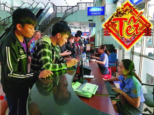 Sinh viên mua vé tàu tết 2021